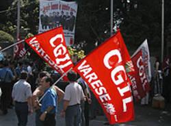 manifestanti cgil bandiere presidio protesta contestazione