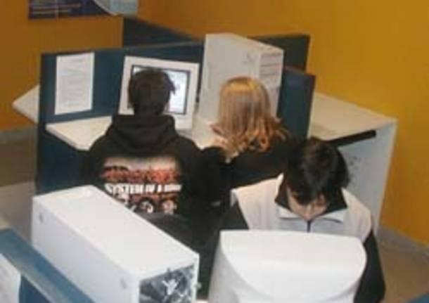 computer sala ciberspazio informatica internet ragazzi castiglione