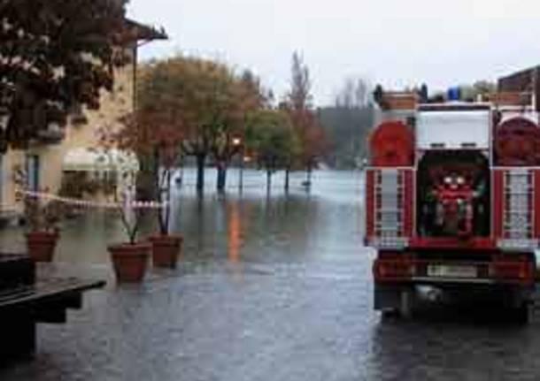 maltempo alluvione nubifragio allagamento esondazione lago maggiore mezzo pompieri