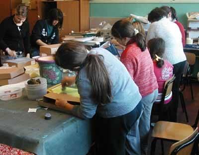 scuola medea elementare laboratorio manueale bambine di spalle