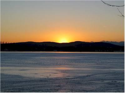 Stupendo tramonto sul lago di Varese ghiacciato