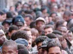 immigrati in fila stranieri