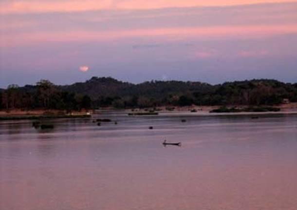 La luna sorge sul Mekong
