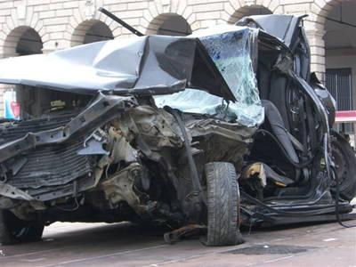 auto incidente monumento