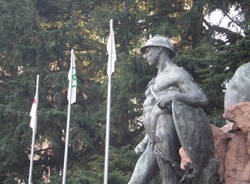 Bandiere padane monumento caduti varese