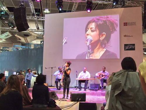 Loubna Bassal in concerto alla fiera del libro Torino