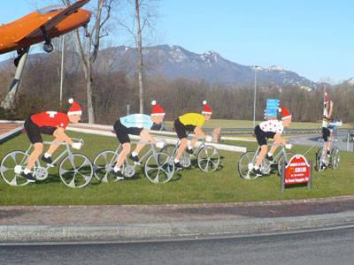 ciclisti  alla rotonda di buguggiate