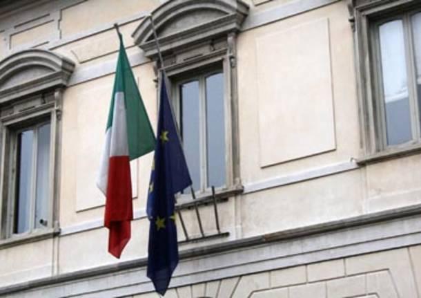 bandiera unione europea a mezz'asta comune busto arsizio