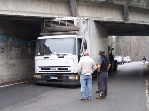 camion azzate ponte