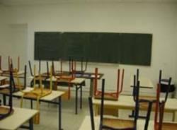 scuola senza soldi banchi sedie rivoltate
