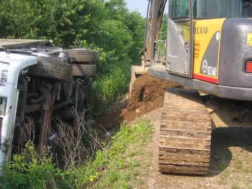 camion rovesciato cassano magnago via carabelli recupero 11-6-2010