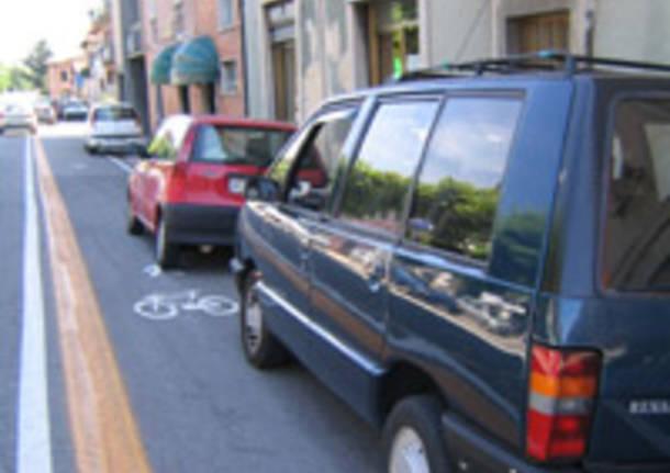 viale belforte auto parcheggiate su pista ciclabile sicurezza strade varese