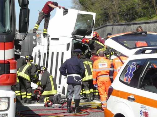 incidente autostrada vergiate a26 cisterna aprile 2011