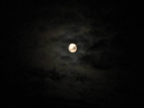 Nuvole illuminate dalla luna
