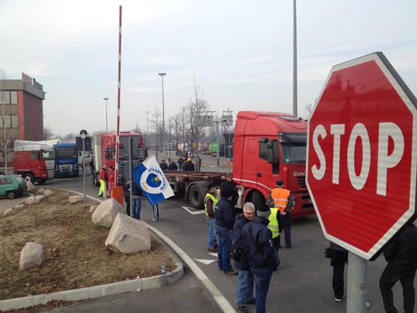 Autotrasportatori bloccano l'Hupac (inserita in galleria)