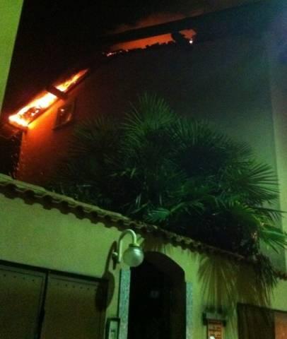 Brucia casa a Monvalle (inserita in galleria)