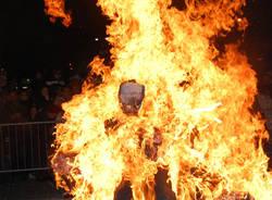 Brucia la Gioeubia a Busto (inserita in galleria)