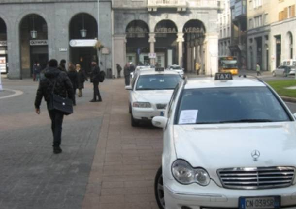 I taxi in piazza a Vaese (inserita in galleria)