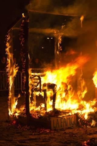 In piazza per bruciare la vecchia (inserita in galleria)