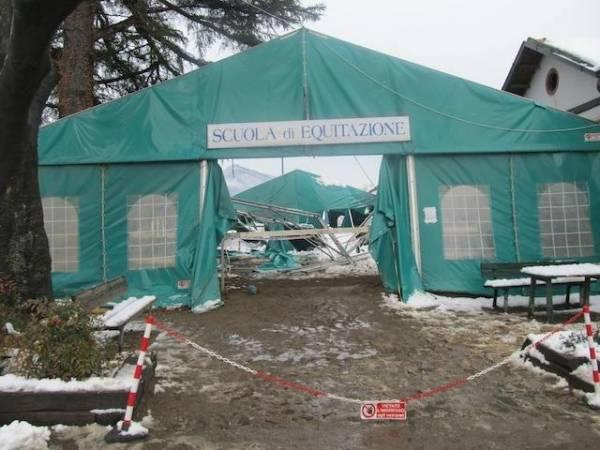 La scuola pony cede sotto la neve (inserita in galleria)