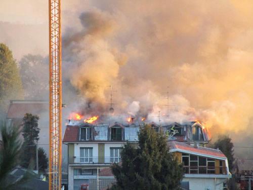 Tetto in fiamme a Cassano Magnago (inserita in galleria)