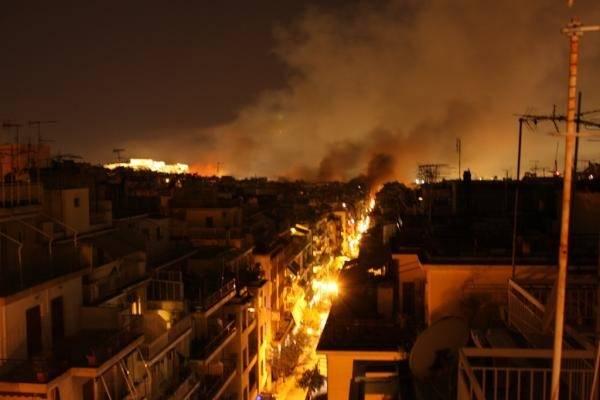 Atene brucia: scontri in grecia contro i tagli (inserita in galleria)