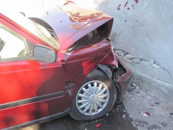 Auto contro un muro a Castiglione (inserita in galleria)