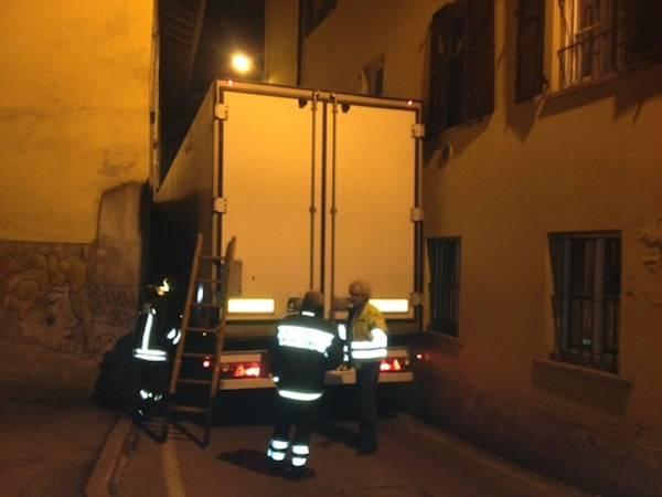 camion bloccato via walder 2012