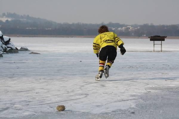 hockey sul lago ghiacciato