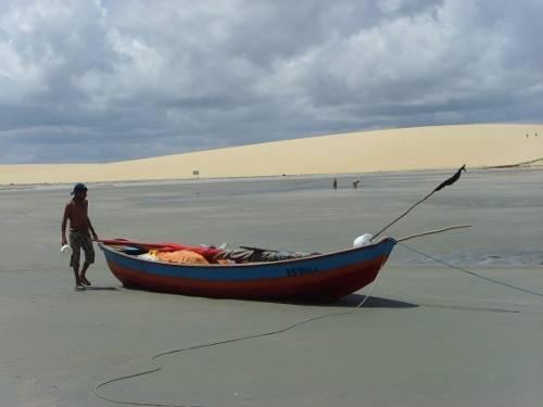 jericoacoara: barca vicino alla duna por-do-sol