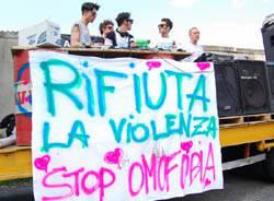 manifestazione omofobia luino