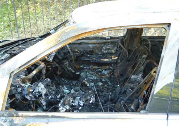 automobile bruciata mercedes varese via palladio aprile 2012