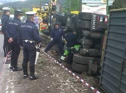 Casalzuigno, l'autogru recupera il camion ribaltato (inserita in galleria)