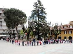 I bambini abbracciano la piazza (inserita in galleria)