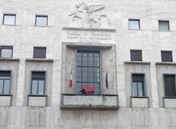 Le sculture rosse sono arrivate in città (inserita in galleria)