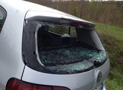 Sfonda il vetro posteriore dell'auto con la bici, è grave (inserita in galleria)