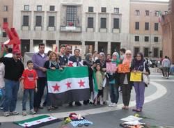Siriani in presidio in piazza (inserita in galleria)