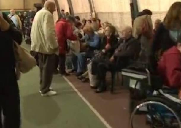 Anziani e bambini passano la notte nel campo sportivo