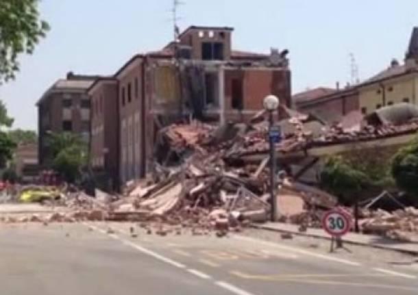 Terremoto, crolla palazzo a Cavezzo (Modena)
