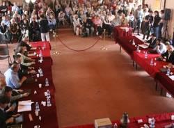 Folla al consiglio comunale di Tradate (inserita in galleria)