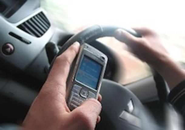 telefono al volante auto cellulare