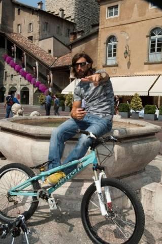 Brumotti sulla sua bike  (inserita in galleria)