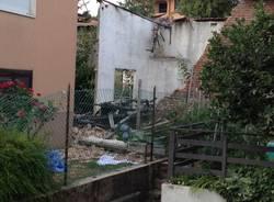 Crolla capannone vicino a delle case (inserita in galleria)