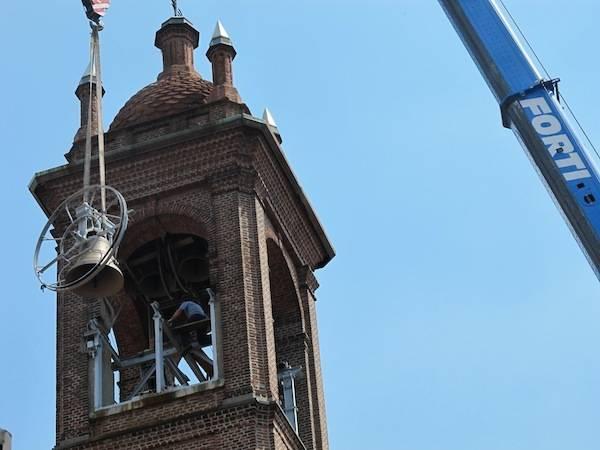 """La campane """"tornano"""" in cima al campanile (inserita in galleria)"""