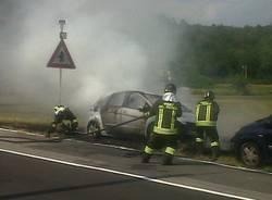 Auto in fiamme a Sesto Calende (inserita in galleria)