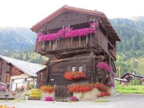 Sembra la casa delle bambole, nella Valle di Goms