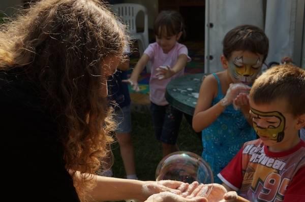 Bambini e bolle di sapone ad Anche Io (inserita in galleria)