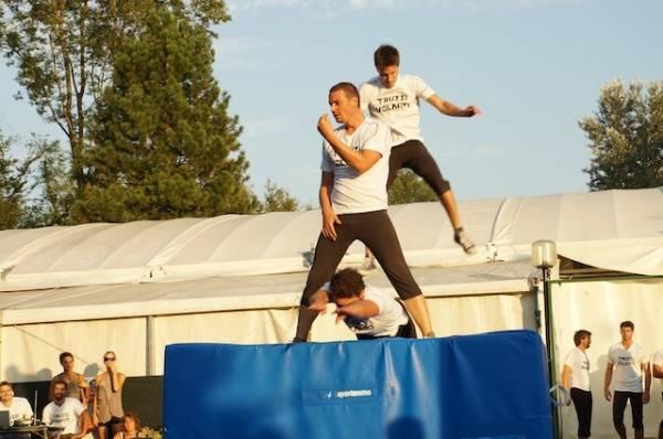 I salti acrobatici dei Truzzi Volanti ad Anche Io (inserita in galleria)