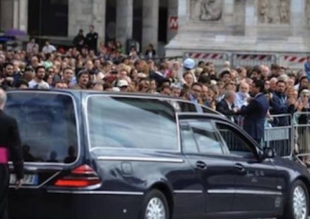 Il feretro del cardinale arriva in Duomo