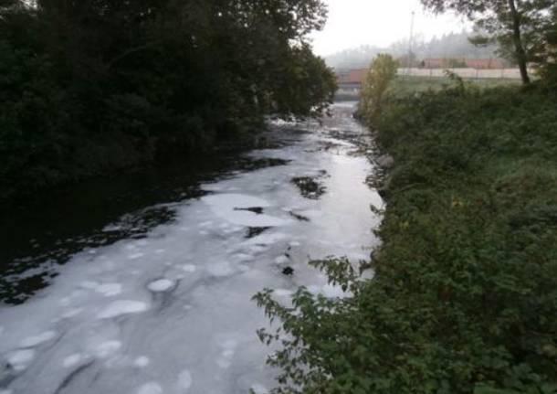 Il fiume Olona invaso dalla schiuma